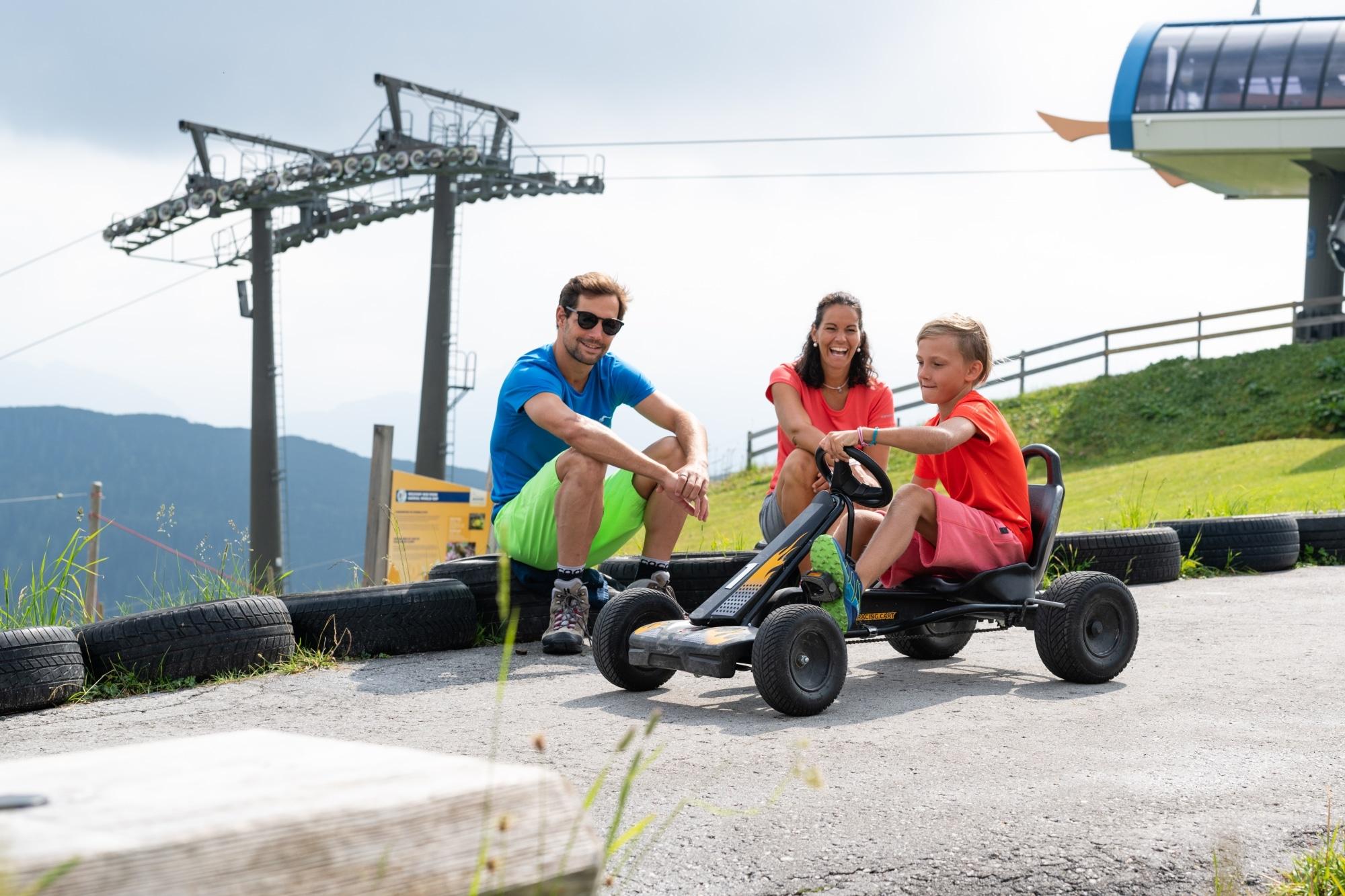 Bub bei Gokartfahren in Zauchensee