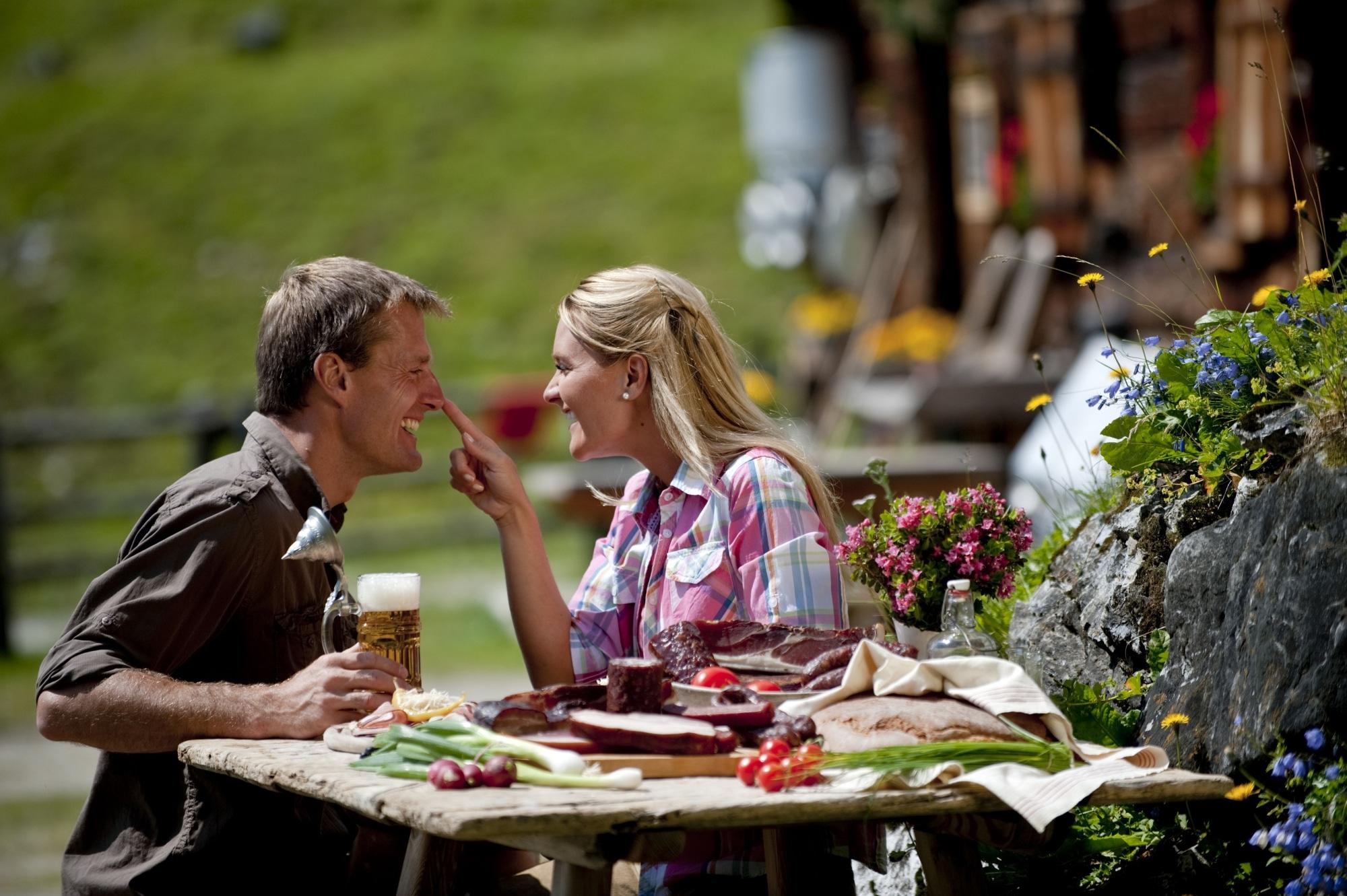 Paar beim Jausnen auf der Alm in Zauchensee