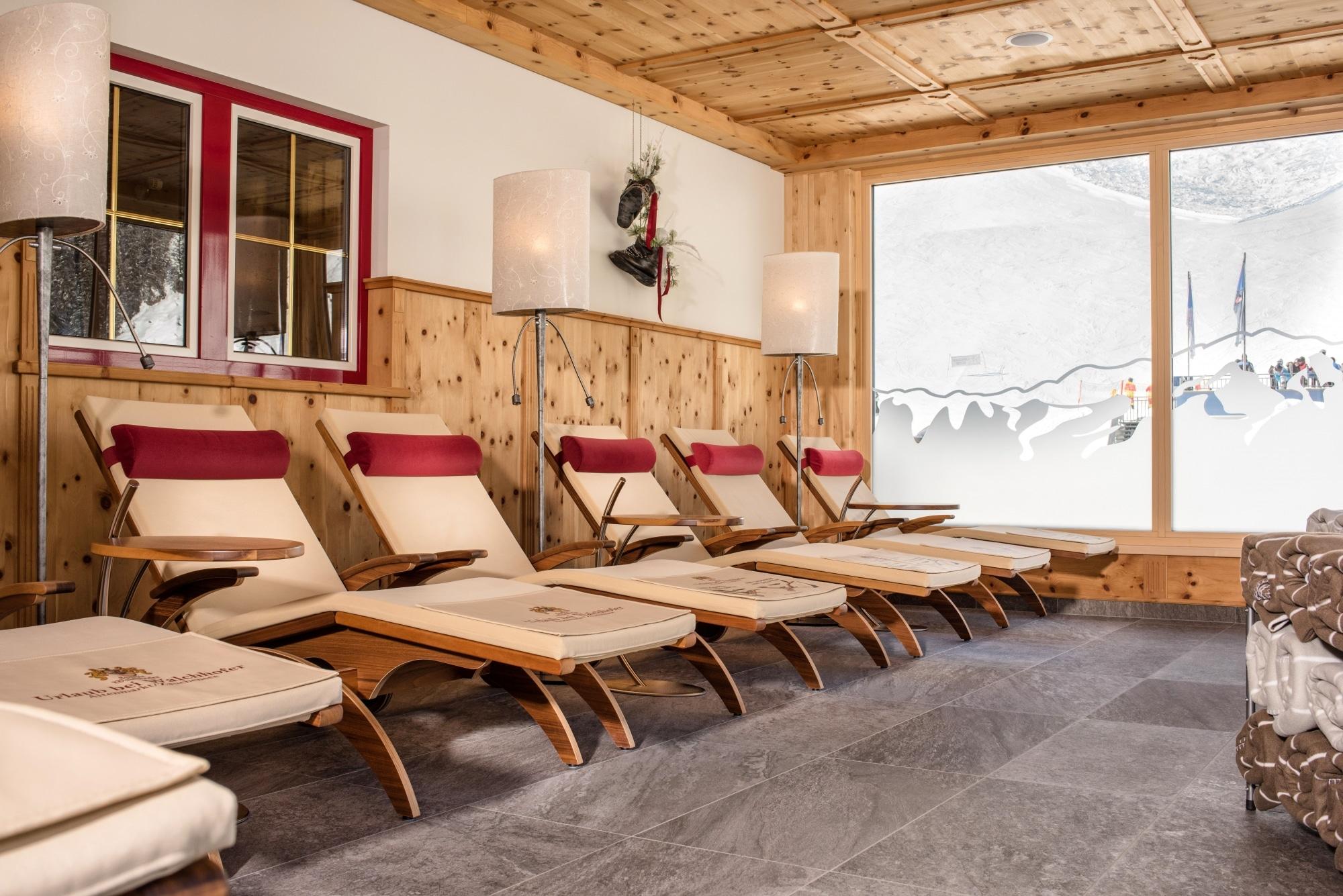 Ruheraum mit Liegen und Ausblick auf Piste im Hotel Zauchenseehof