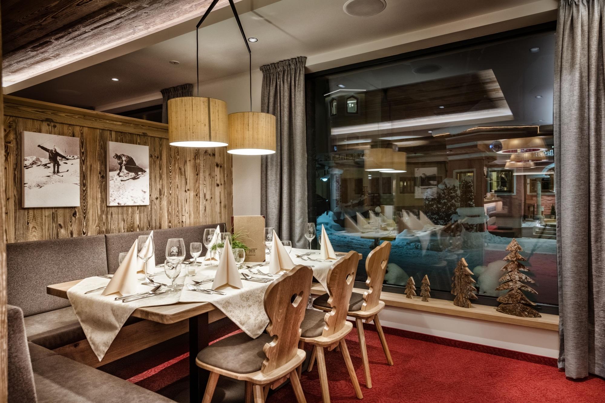 Gedeckter Tisch im modernen Restaurant im Hotel Zauchensee