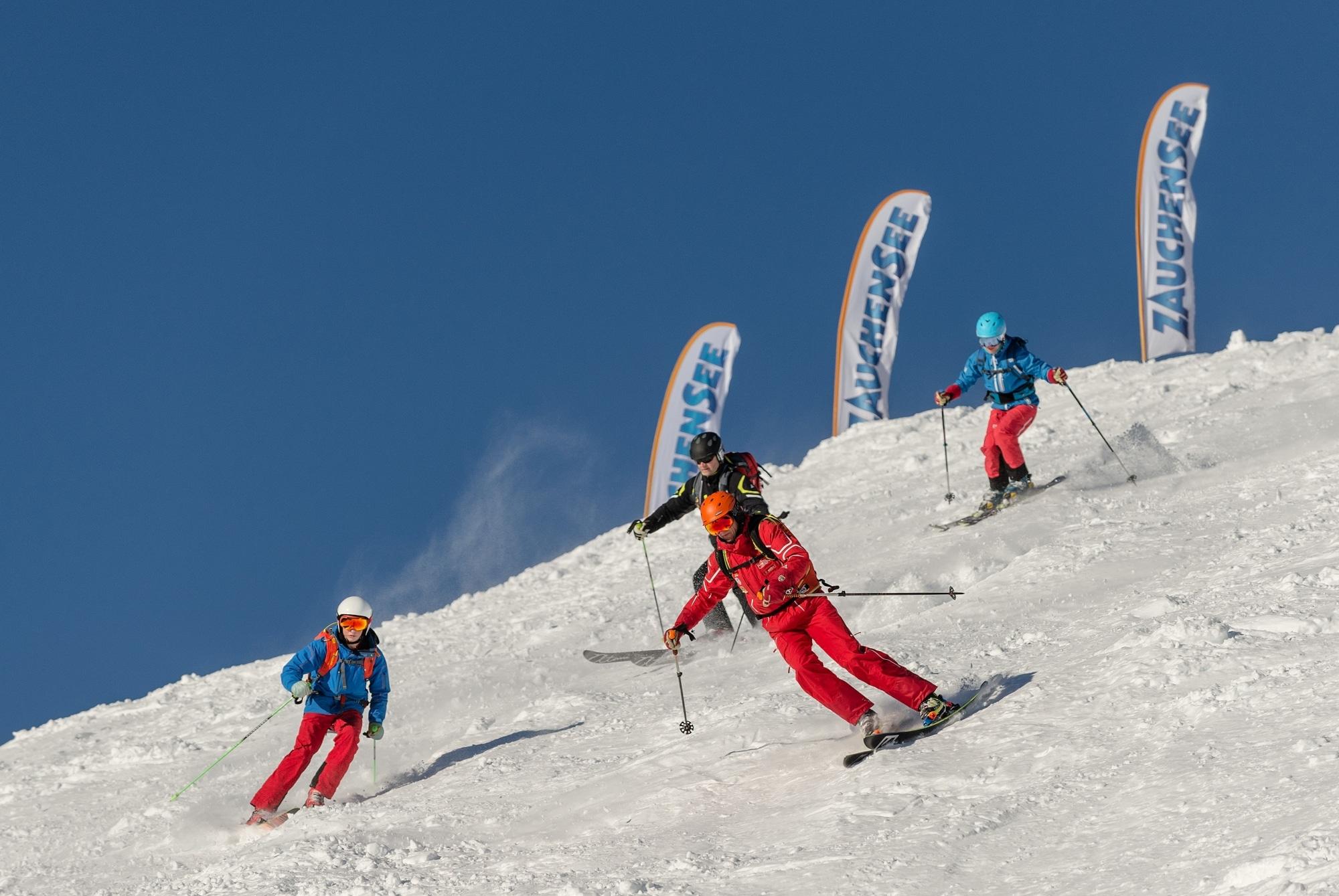 Skifahrer bei der Abfahrt in Zauchensee