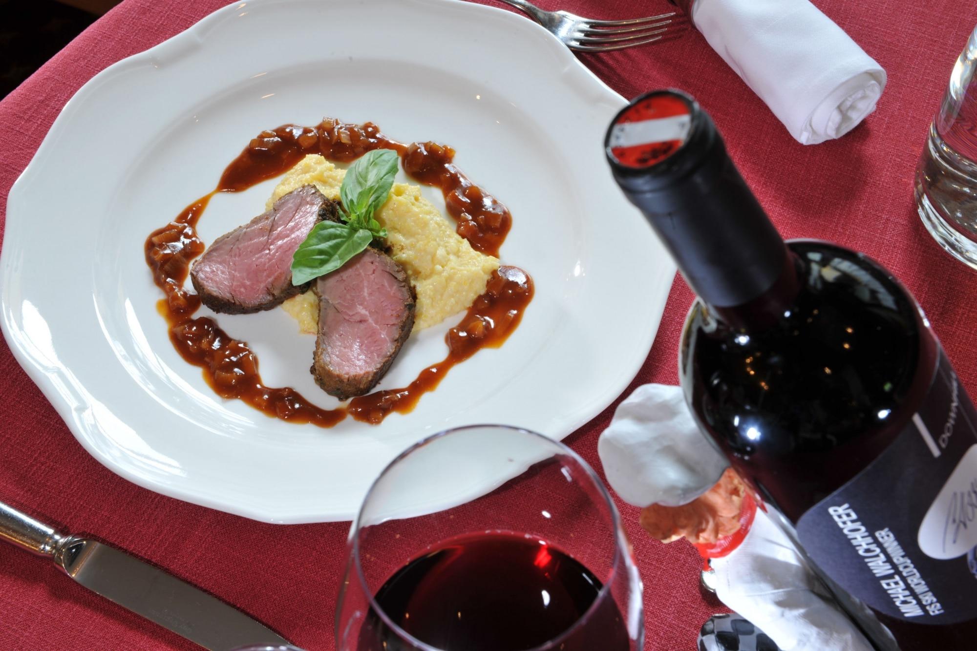 Filet mit Polenta und Sauce aus dem Restaurant im Hotel Zauchenseehof