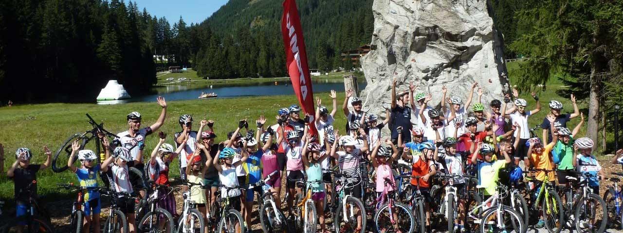 Michael Walchhofer mit einer Radgruppe bei der Kondiwoche in Zauchensee