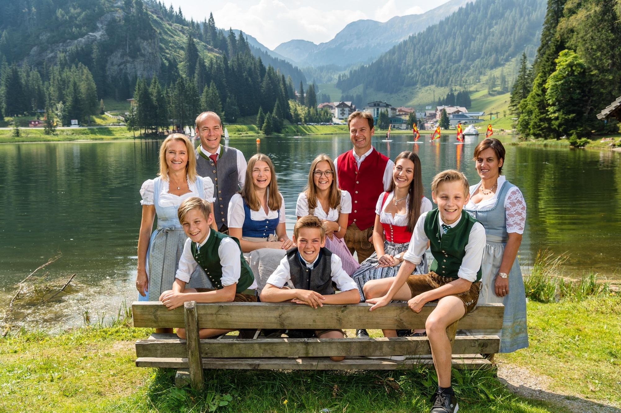 Familie Walchhofer vor dem Zauchensee