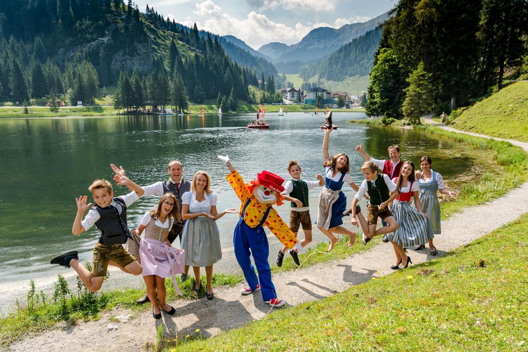 """Familie Walchhofer mit Maskottchen """"Happy"""" vor dem Zauchensee"""