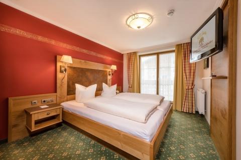 2-Raum-Familienappartement mit elegantem Doppelbett im Hotel Zauchenseehof