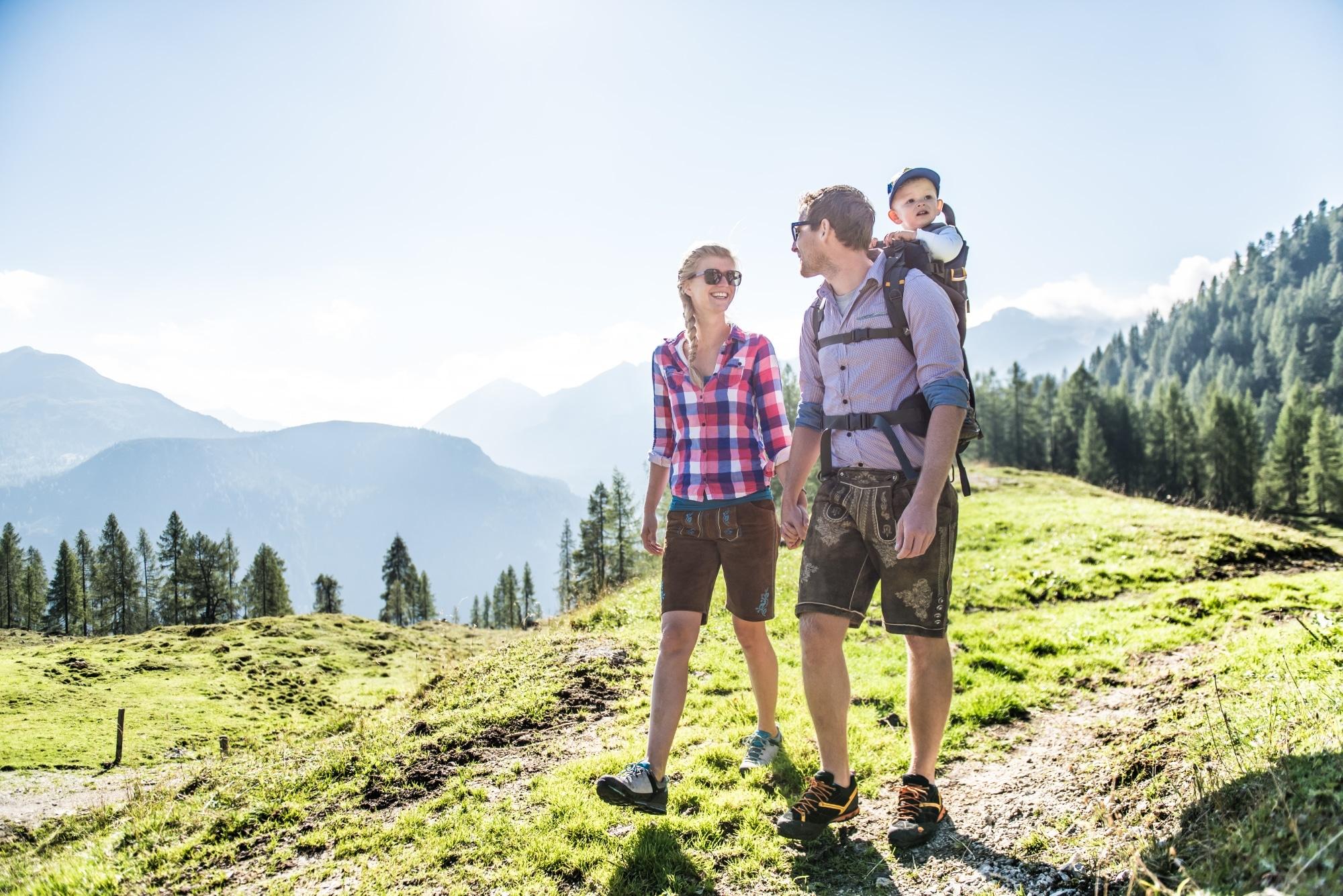 Junge Familie beim Wandern in Zauchensee