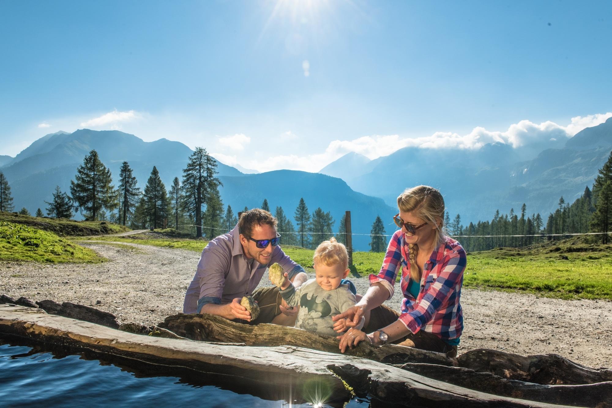 Familie mit Kleinkind beim Wandern in Zauchensee