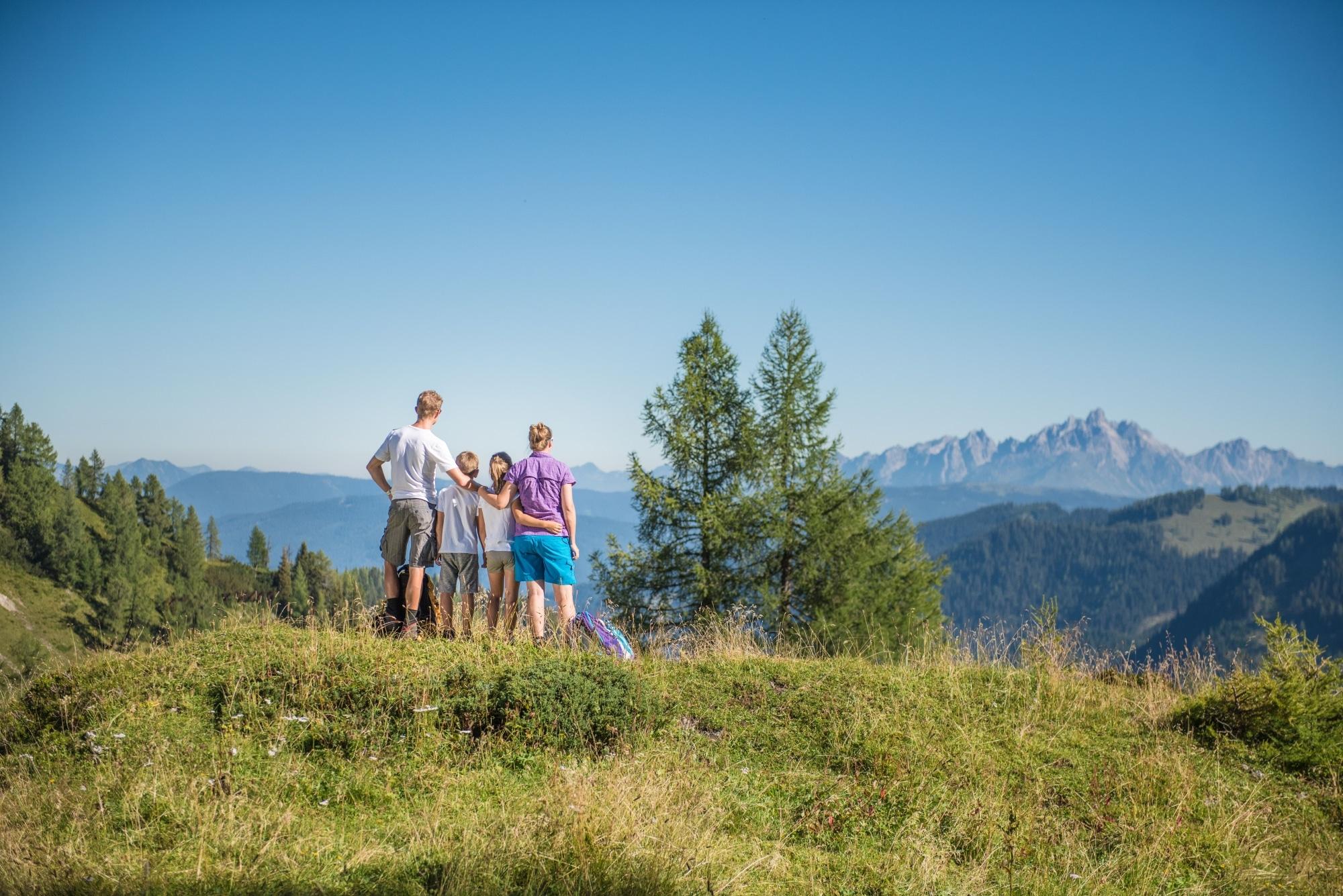 Familie beim Wandern in Altenmarkt Zauchensee