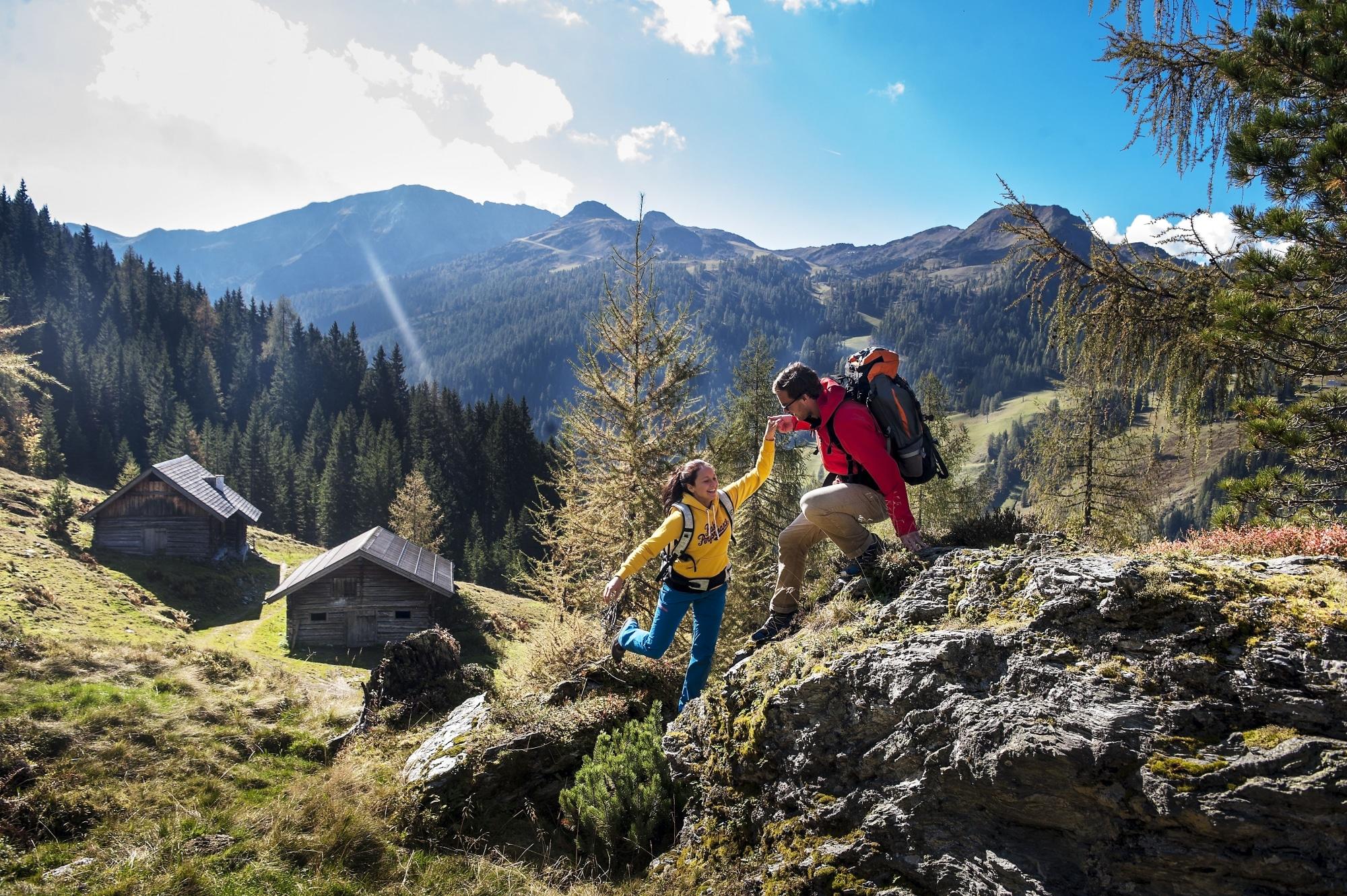 Junges Paar beim Wandern in Zauchensee