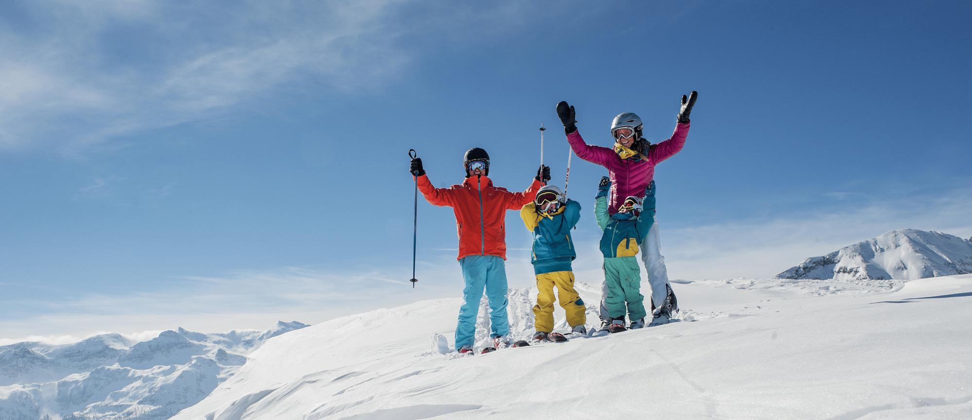 Familie mit Kleinkindern beim Skifahren in Zauchensee