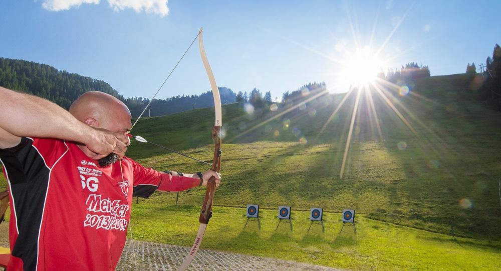 Mann beim Bogenschießen in Zauchensee