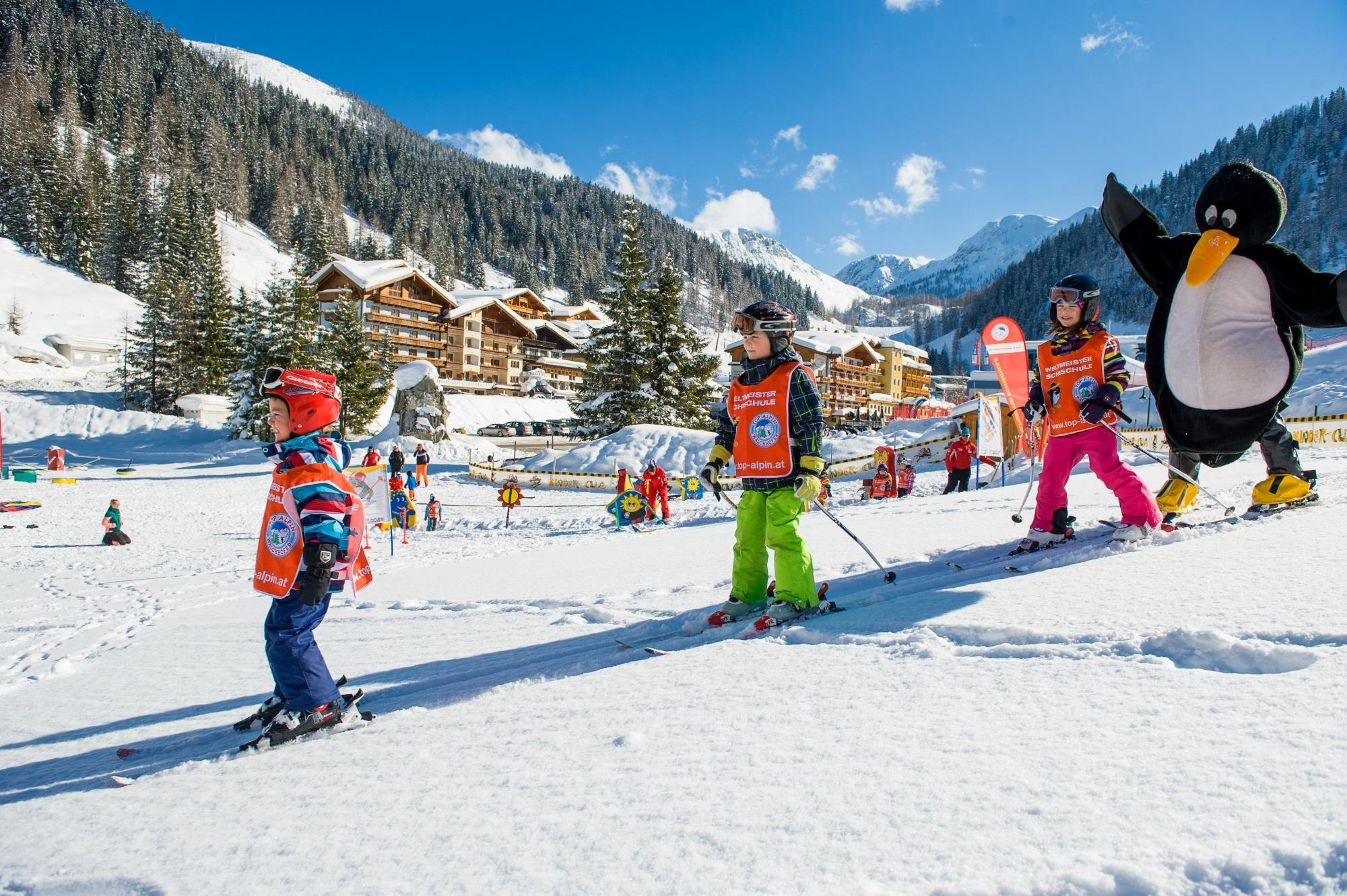 Skischule Zauchensee mit Pinguin-Maskottchen