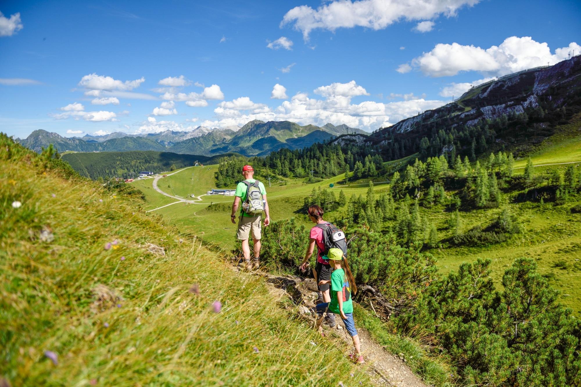 Familie beim Wandern in Zauchensee