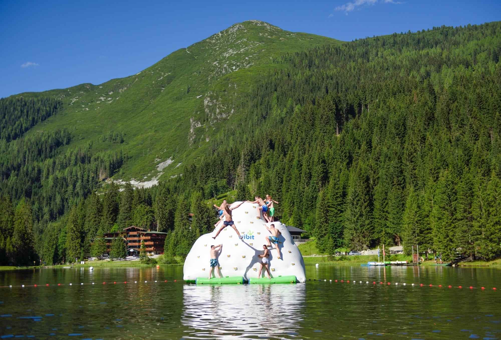 Kinder auf Kletterfelsen im Zauchensee