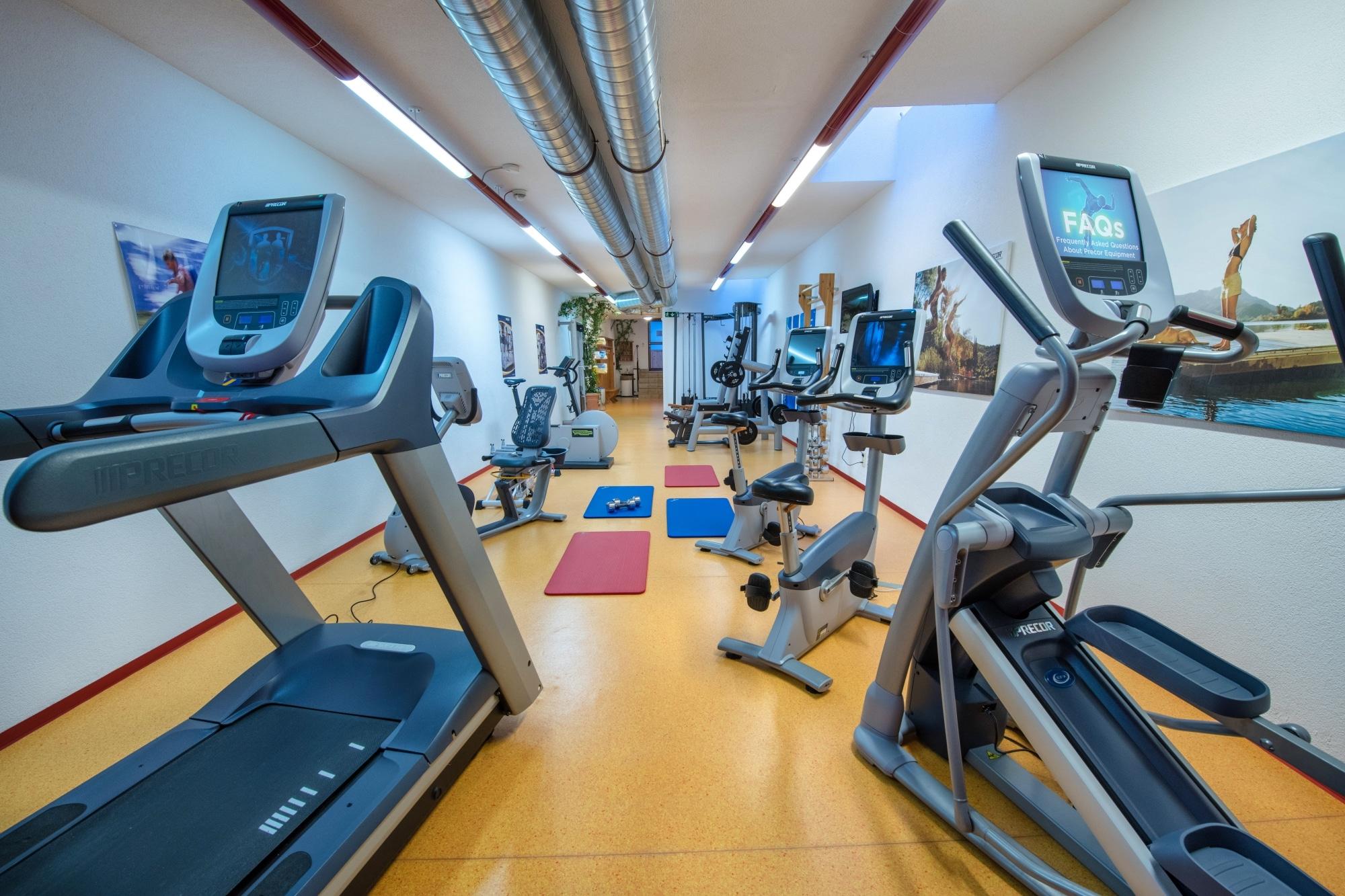 Fitnessraum mit modernen Geräten im Hotel Zauchenseehof