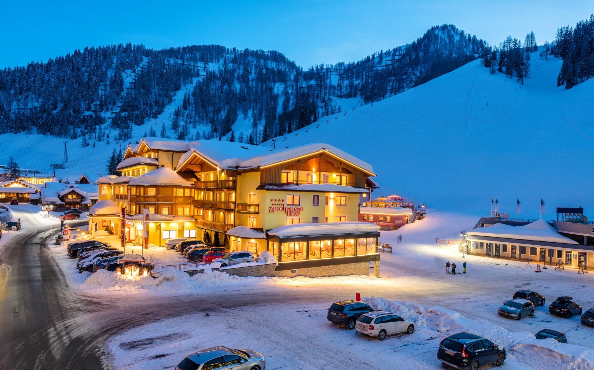 Beleuchtetes Hotel Zauchenseehof im Winter