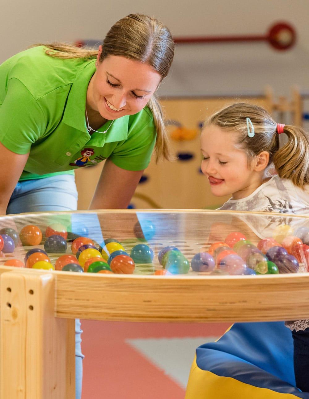 Kind beim Spielen im Happy Club - Kinderbetreuung im Familienhotel Zauchenseehof