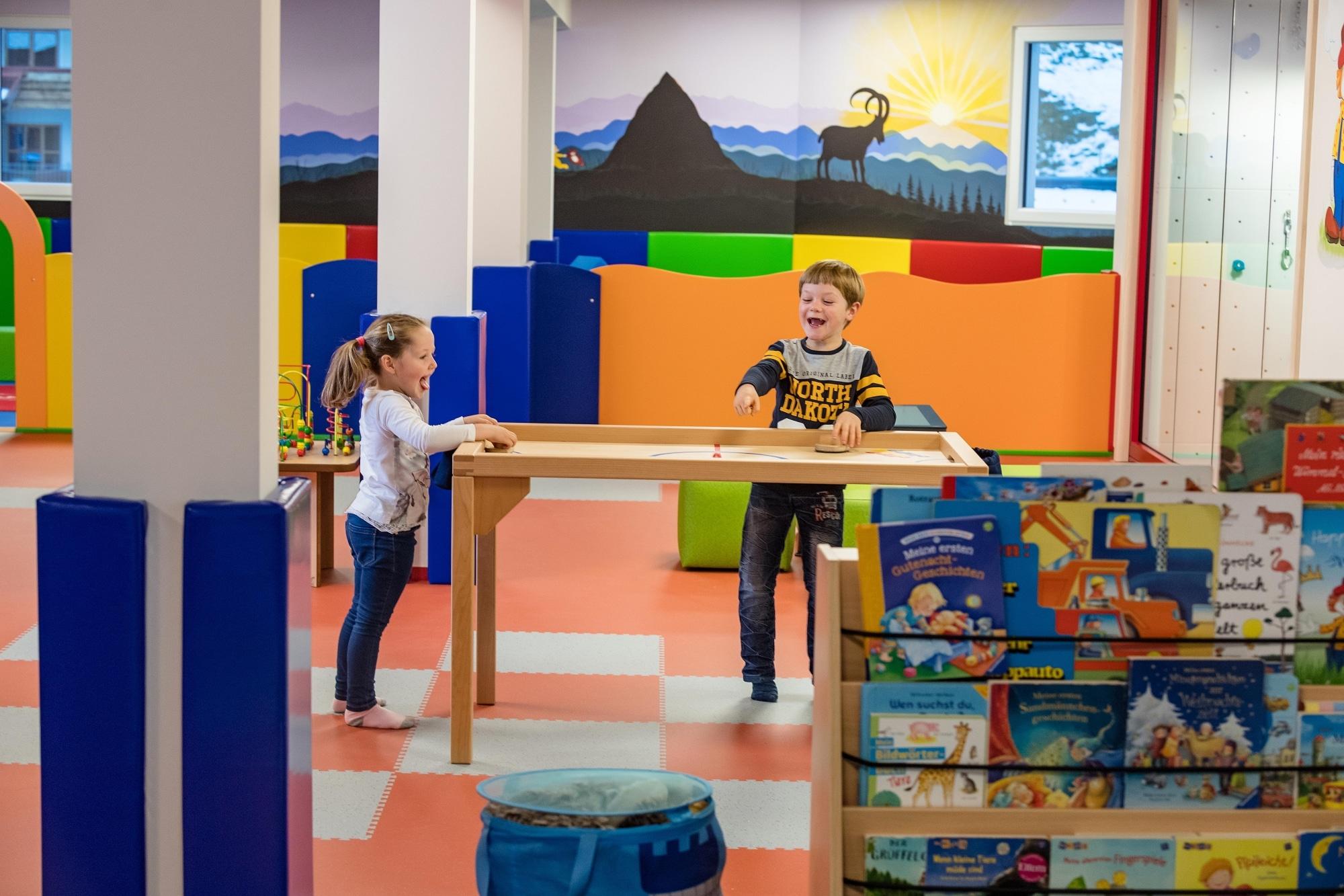 Kinder beim Spielen in der Erlebniswelt im Familienhotel Zauchenseehof