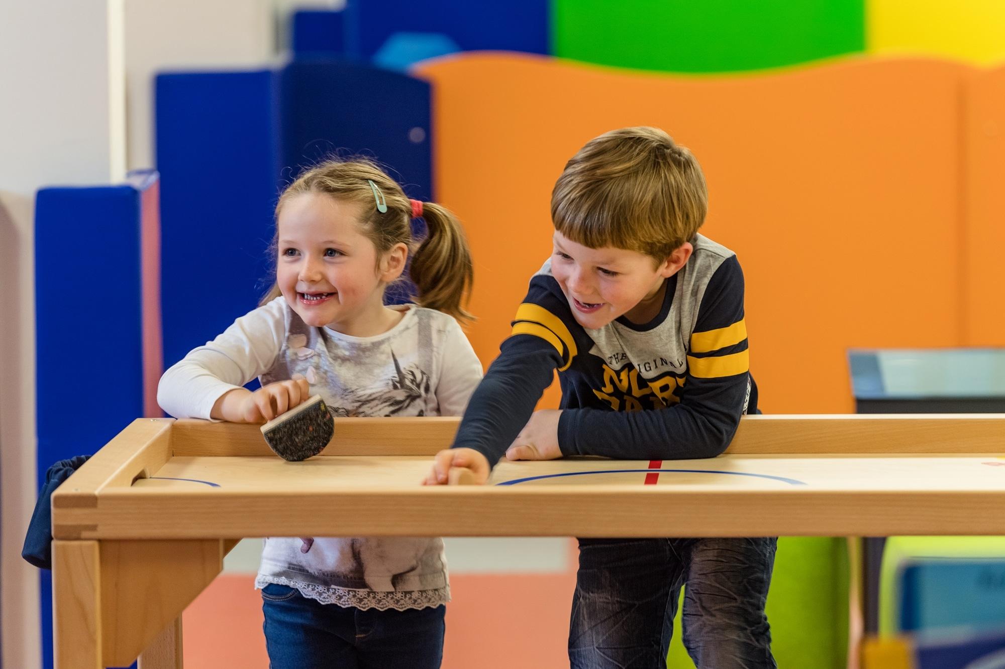 Kinder in der Kinderbetreuung im Familienhotel Zauchenseehof
