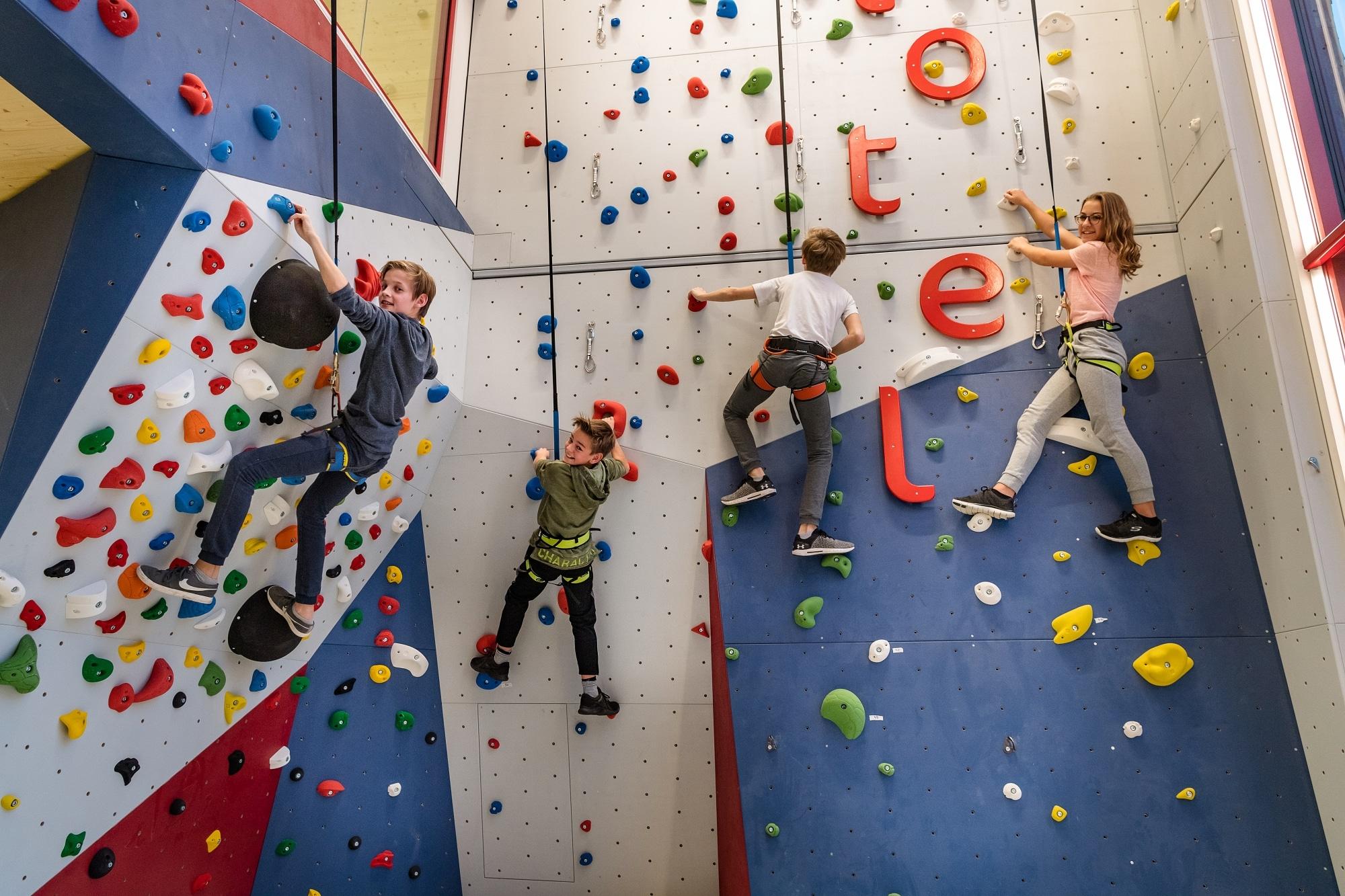 Kinder auf der Kletterwand im Familienhotel Zauchenseehof