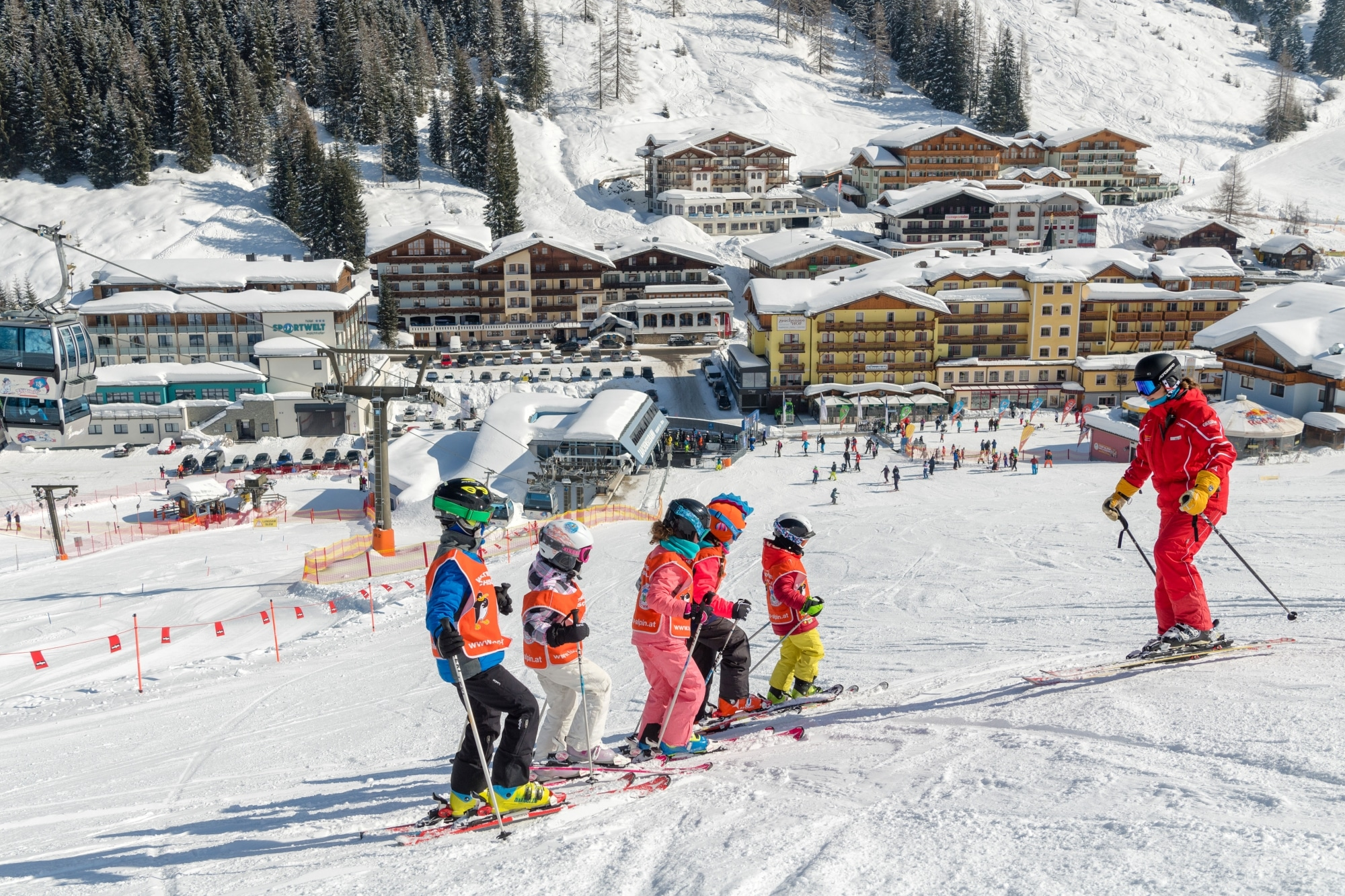 Skilehrer mit Kindern in der Skischule Zauchensee