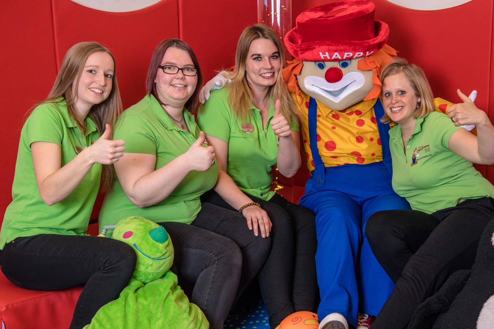 Kinderbetreuerinnen mit Maskottchen-Happy im Familienhotel Zauchenseehof