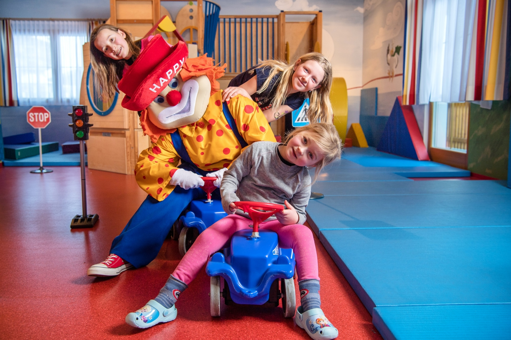 """Kinderbetreuung mit Maskottchen """"Happy"""" im Familienhotel Zauchenseehof"""