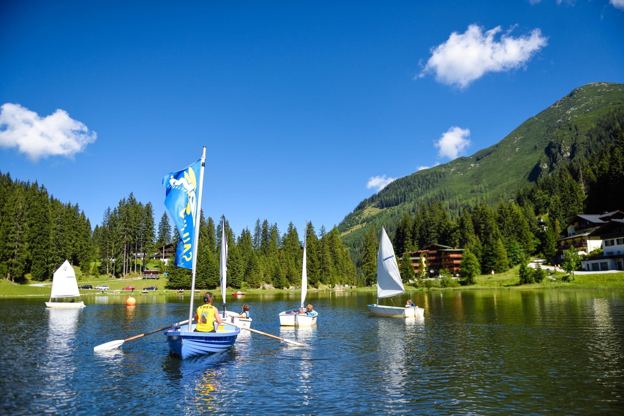 Segelbootfahren auf dem Zauchensee im Sommer