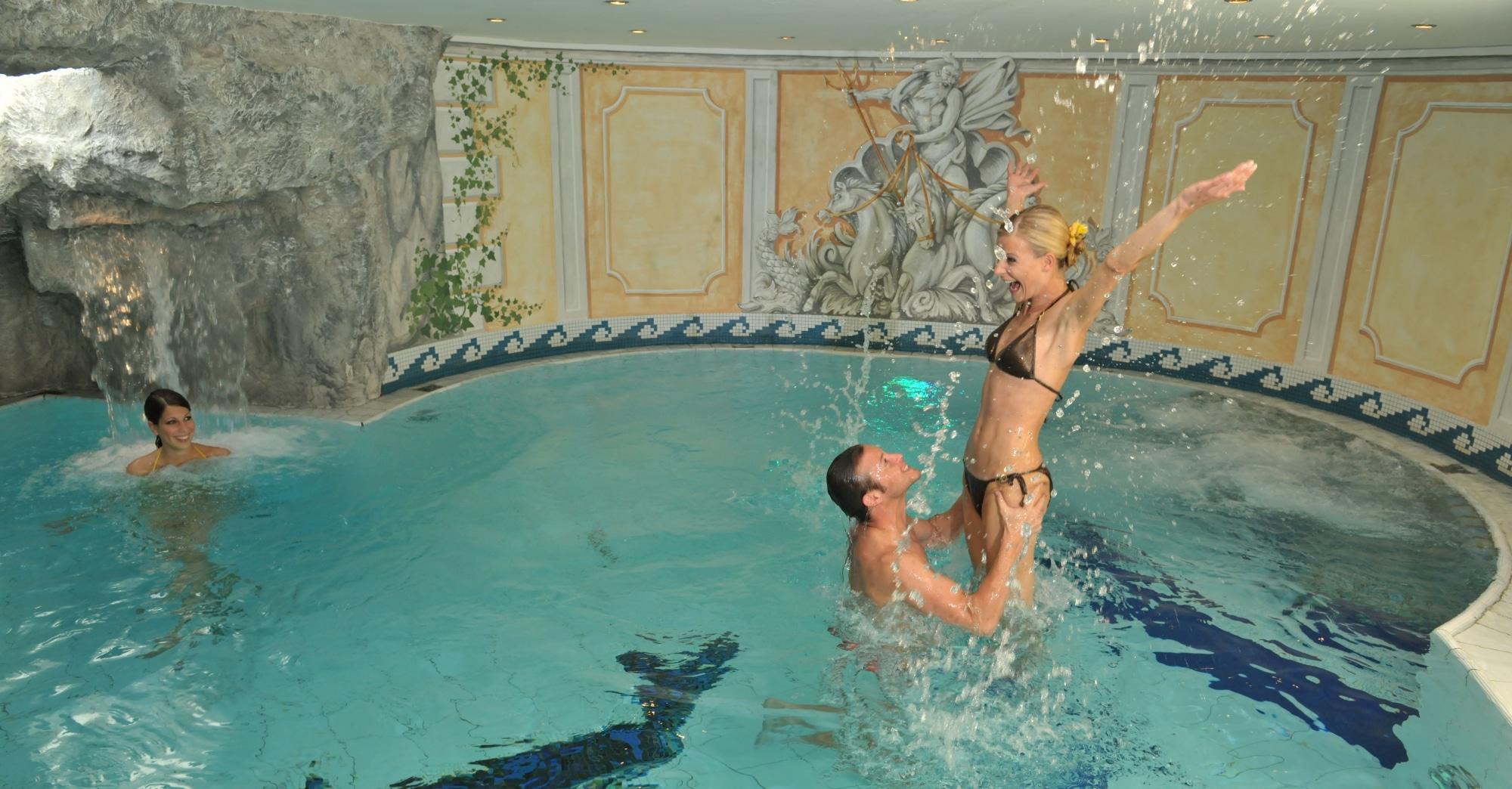 Paar im Wellnessbereich im Hotel Zauchenseehof