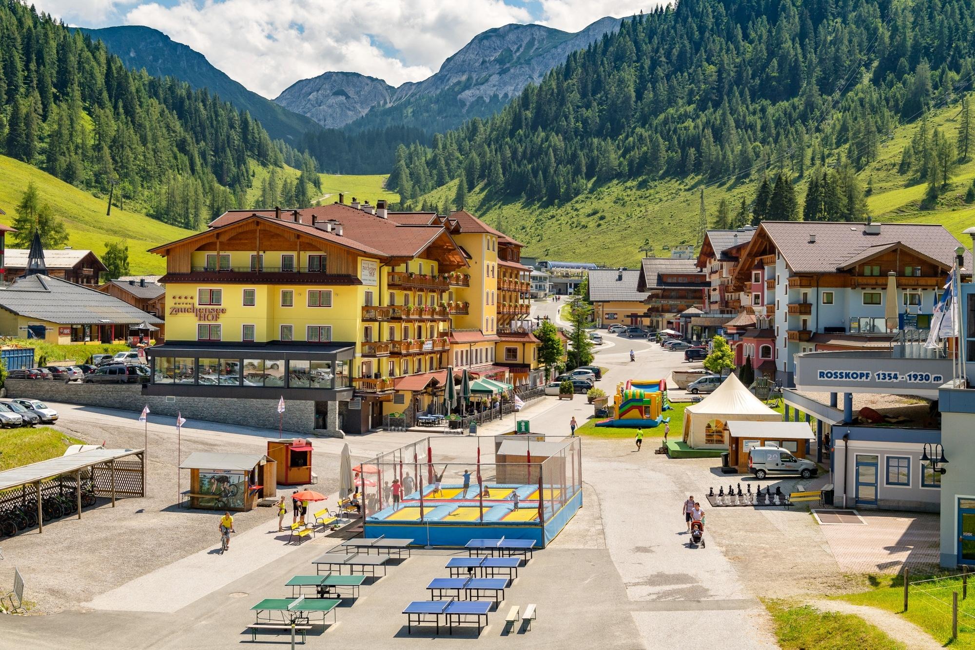 Talstation Zauchenseehof im Sommer: Trampoline und Tischtennistische