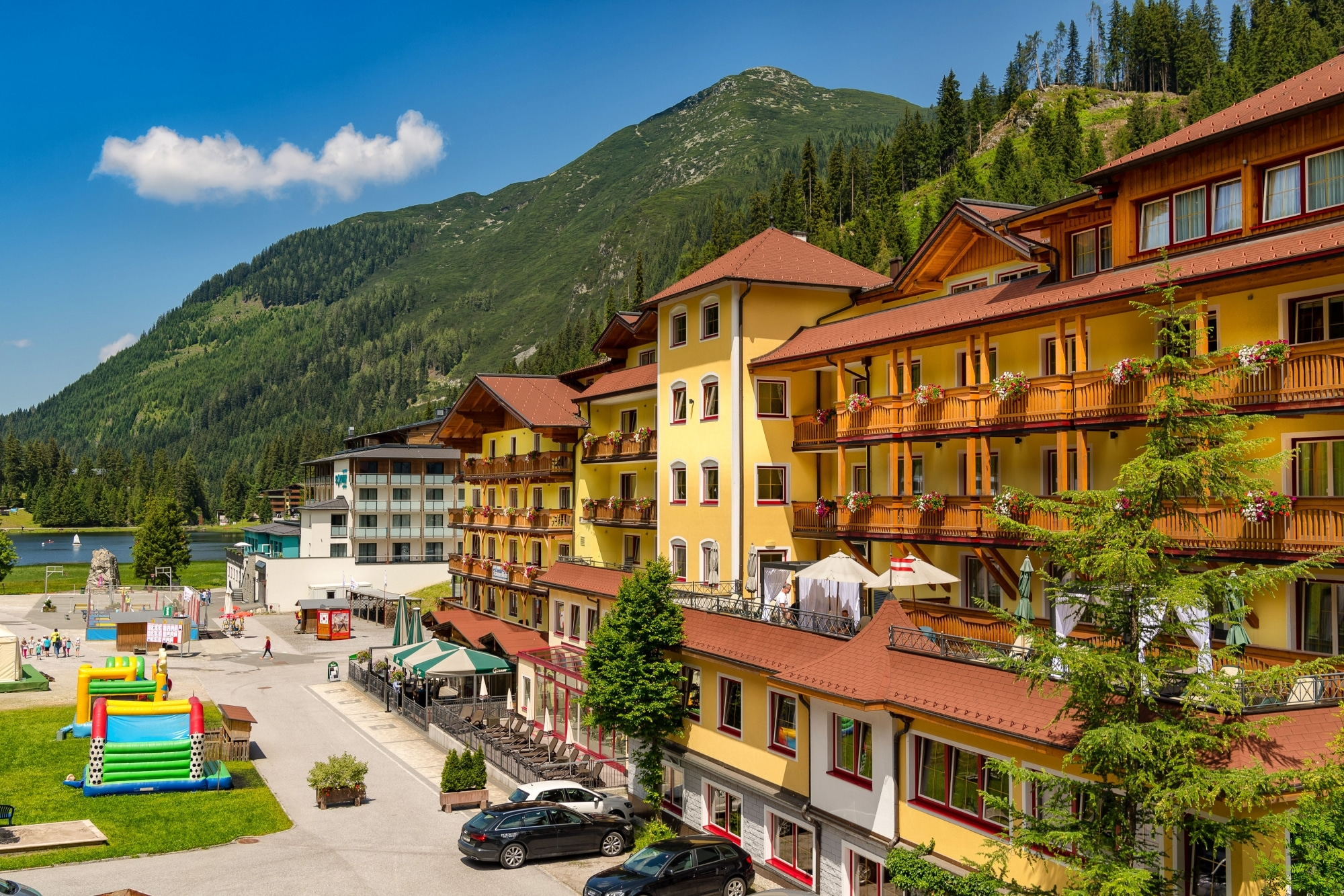 Familienhotel Zauchenseehof von außen im Sommer