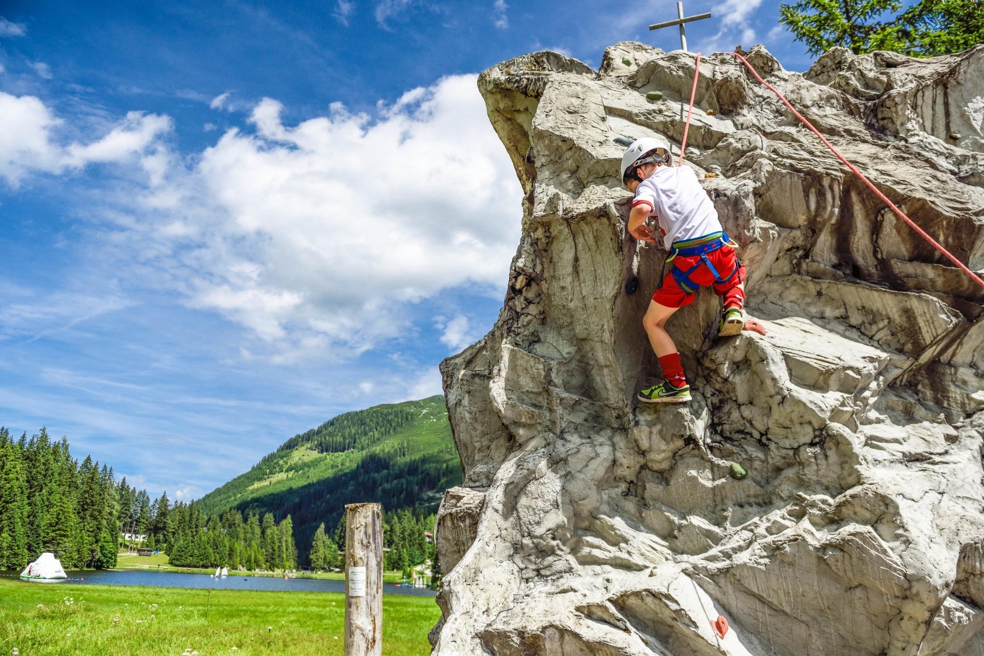 Kind beim Klettern in Zauchensee