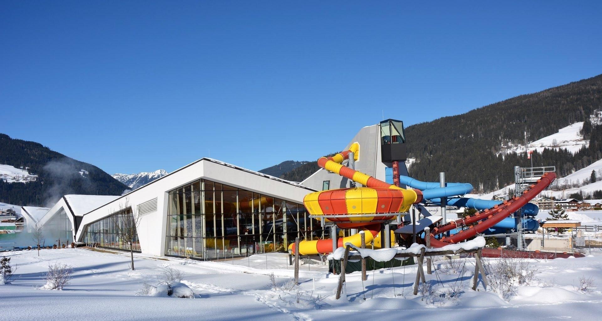 ©Erlebnis-Therme-Amade - Therme von außen im Winter mit Schnee