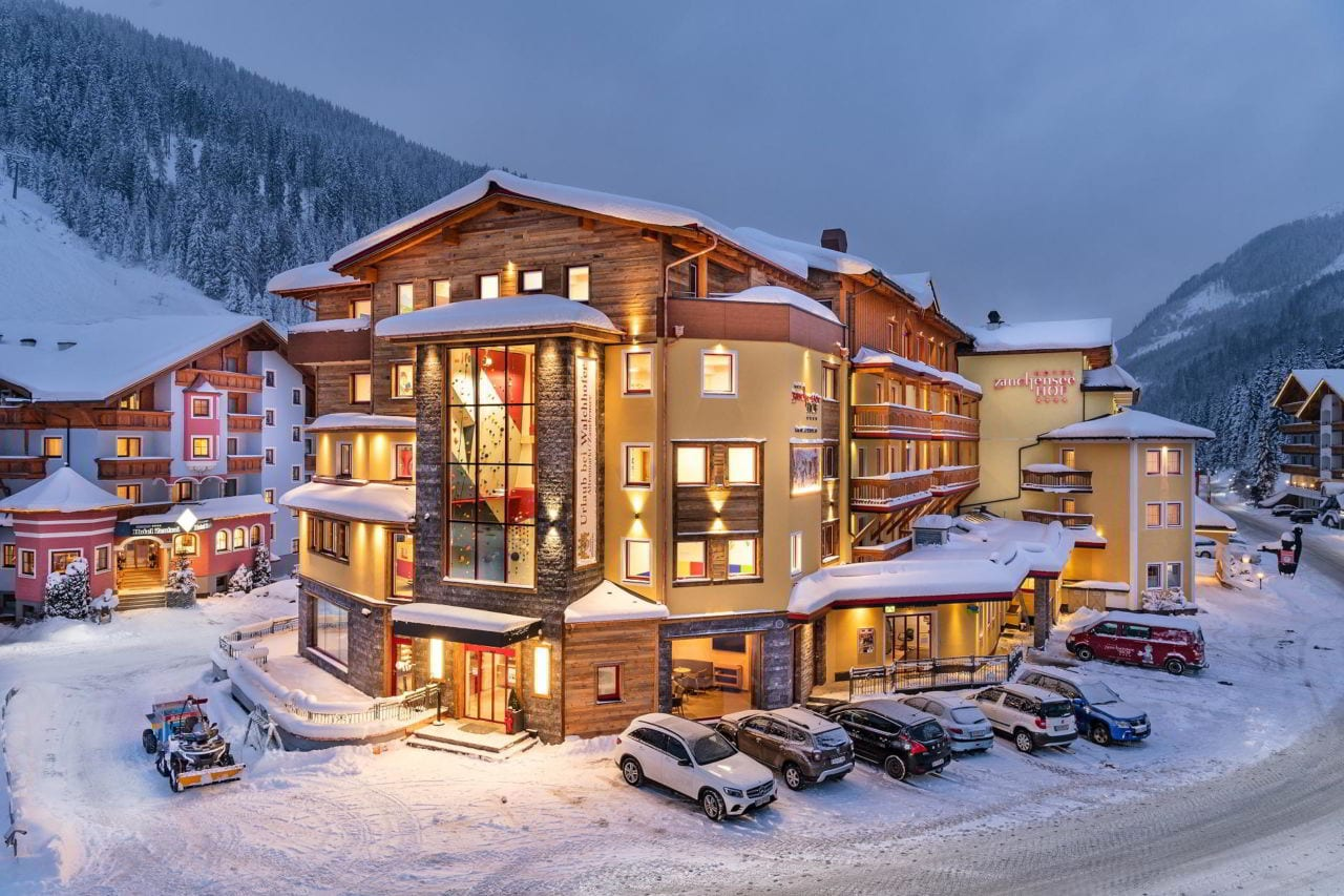 Hotel Zauchenseehof im Winter von außen