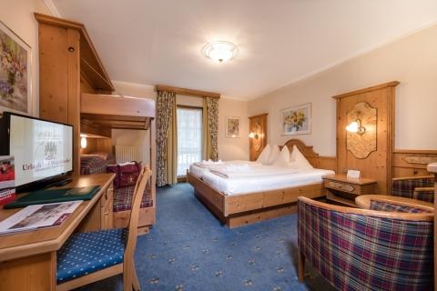 Geräumiges Familienzimmer mit Hochbett im Hotel Zauchenseehof