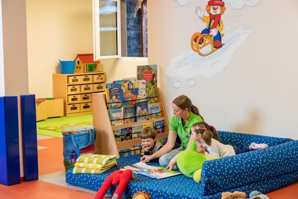Lesestunde in der Kinderbetreuung im Zauchenseehof