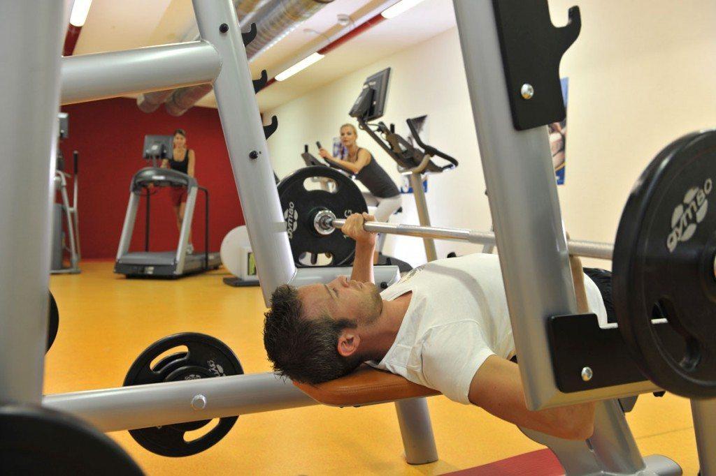 Mann beim Gewichteheben im Fitnessbereich des Hotel Zauchenseehof