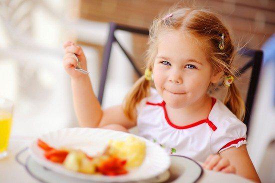 Kind genießt sein Essen im Hotel Zauchenseehof