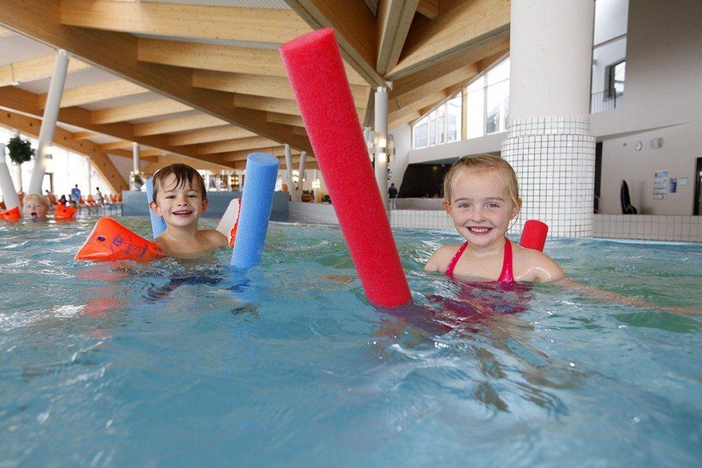 Zwei Kinder mit Schwimmnudel in der Therme Amade