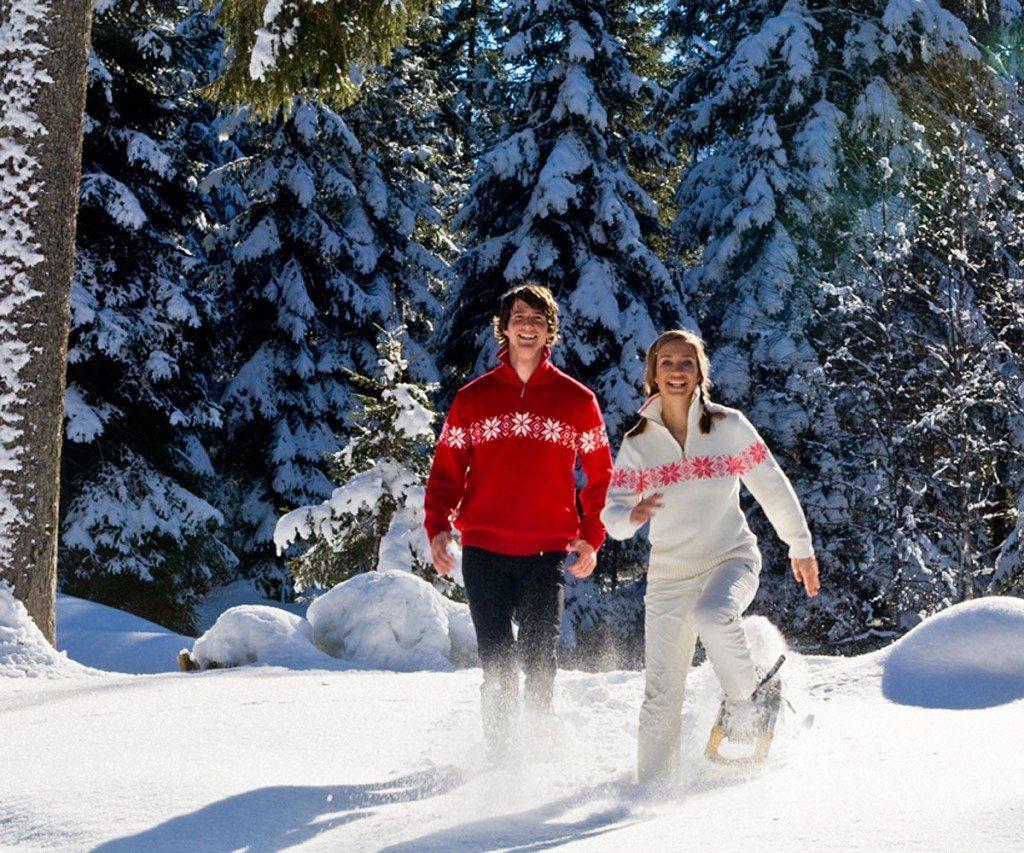 Junges Paar beim Schneeschuhwandern in Zauchensee