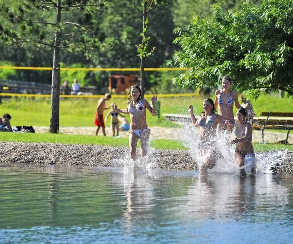 Mädchen laufen in den Zauchensee