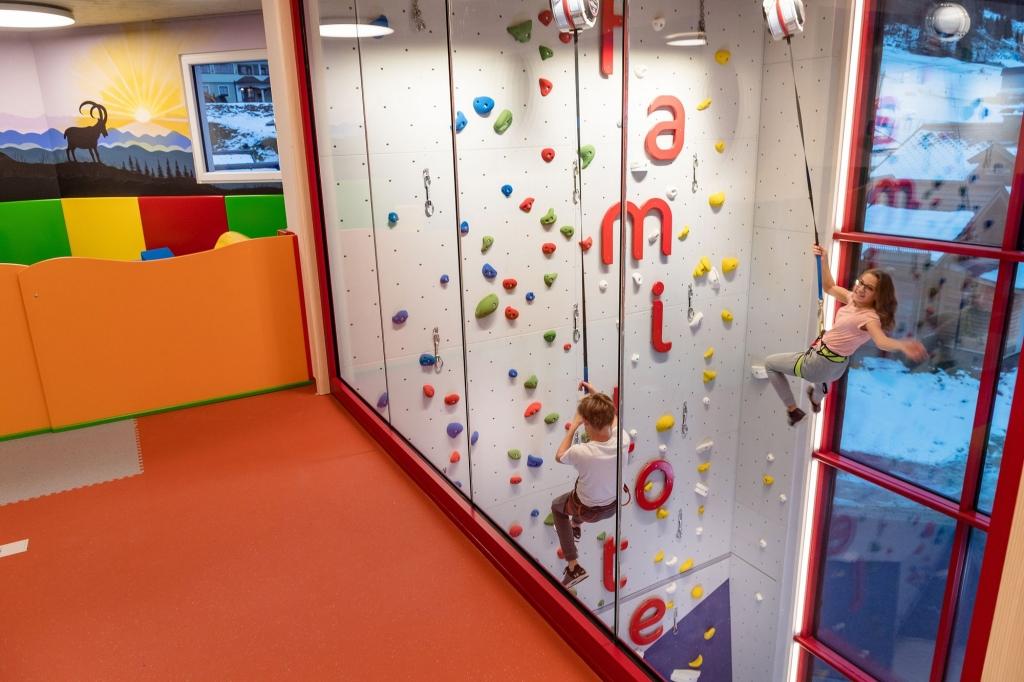 Kletterwand im Happy Club im Familotel Zauchenseehof