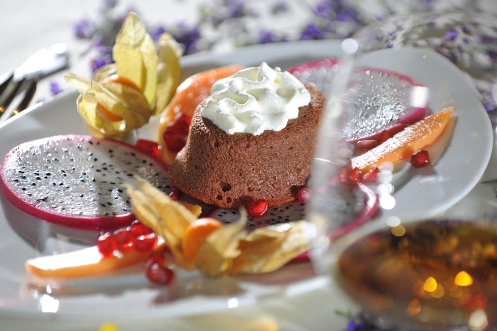 Schokokuchen mit frischem Obst aus dem Restaurant Zauchenseehof