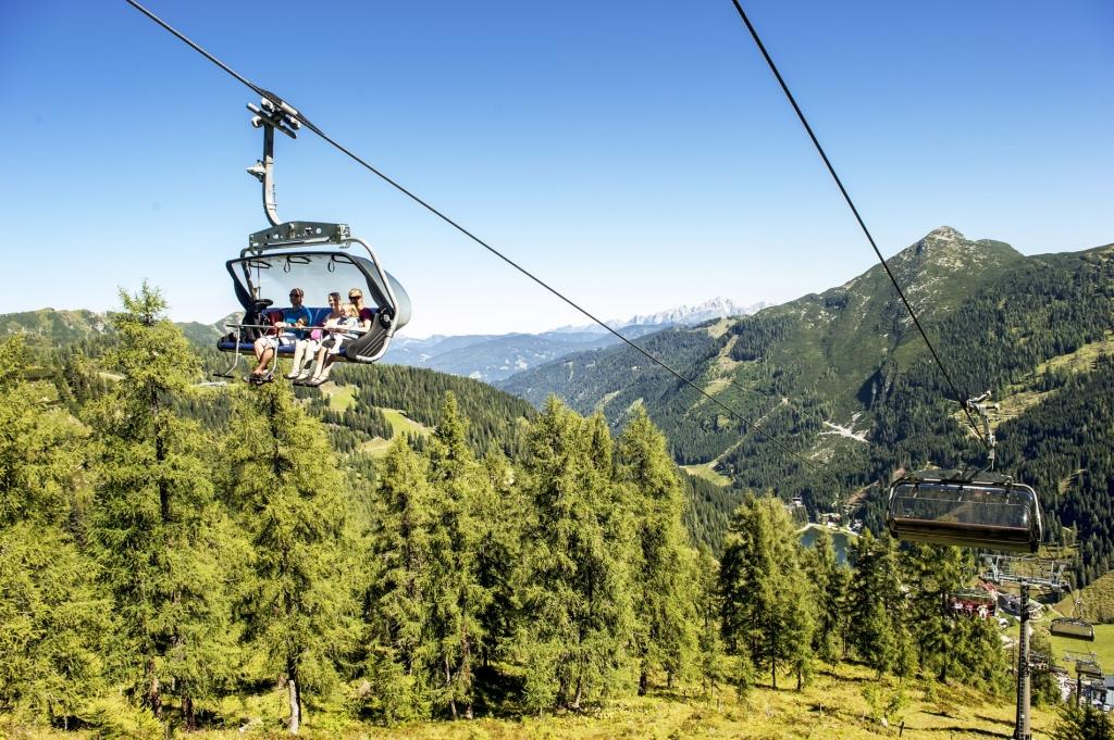 Seilbahn im Sommer auf die Gipfel in Zauchensee