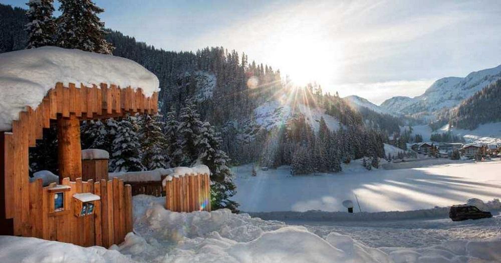 Blick auf den schneebedeckten Zauchensee