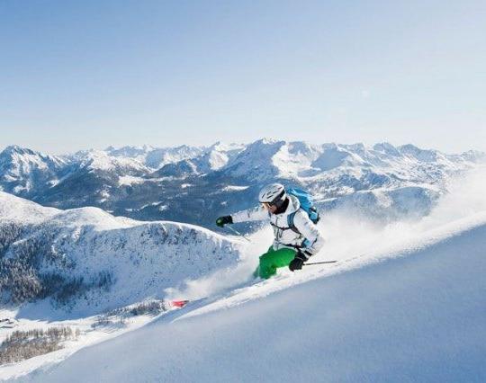 Mann beim Skifahren in Zauchensee