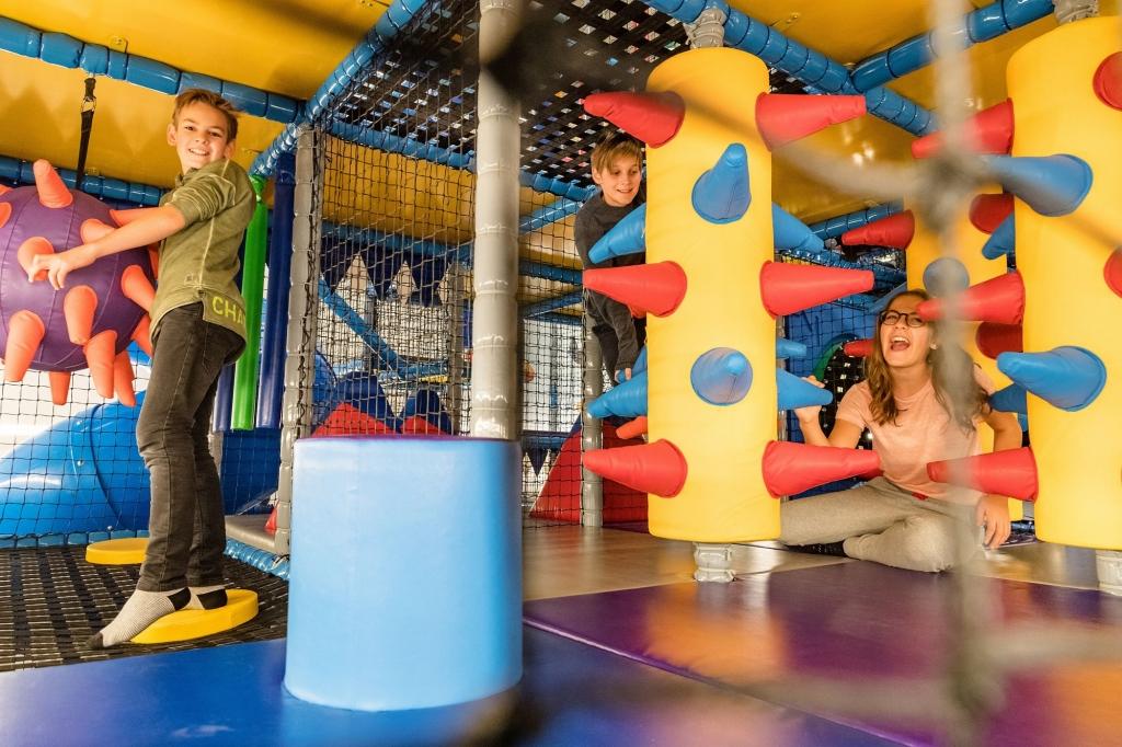 Kinder beim Spielen in der Softplay-Anlage im Zauchenseehof