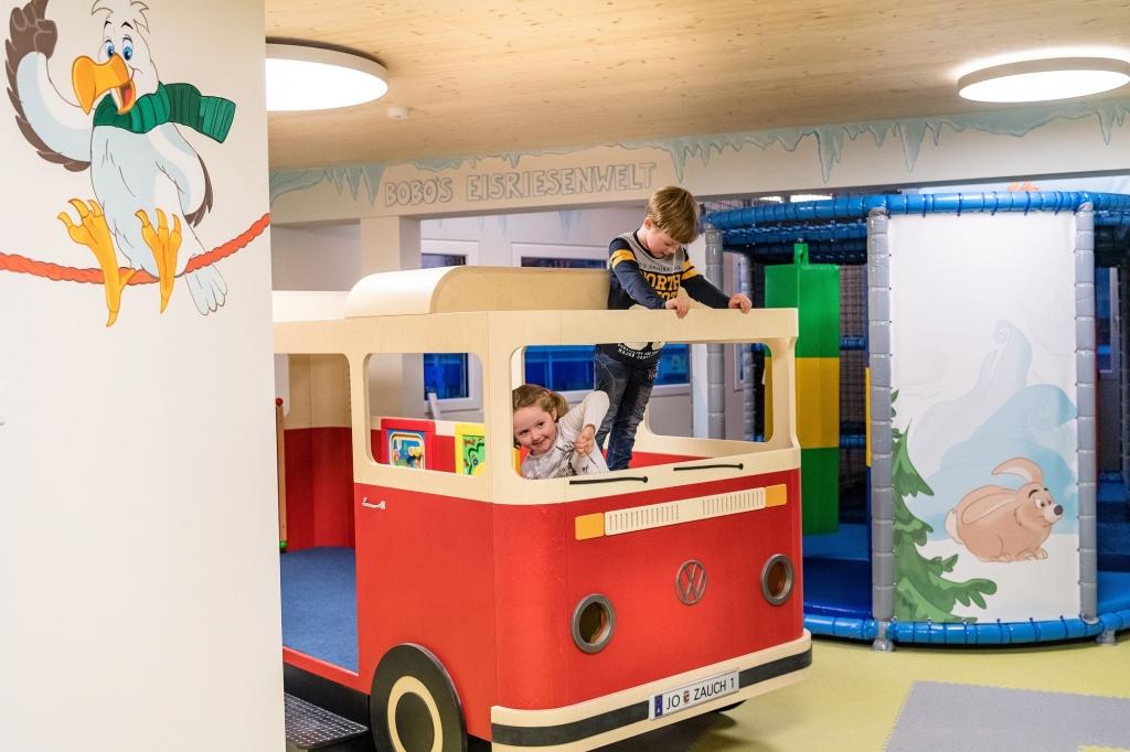 Kinder beim Spielen in der Happy Erlebniswelt