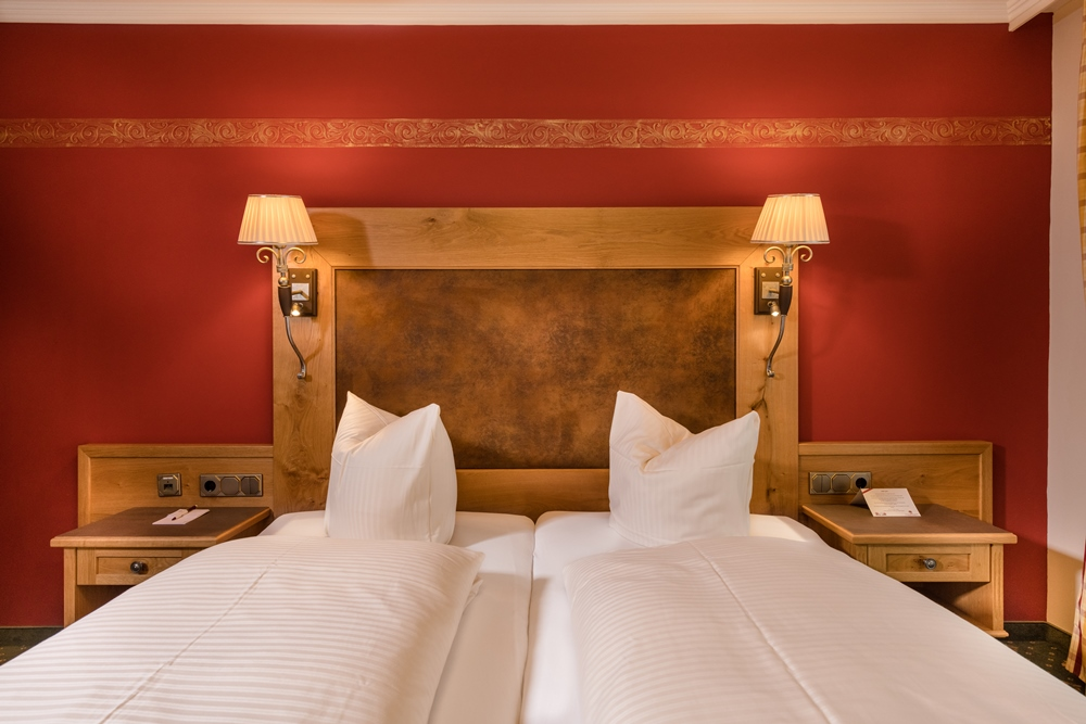 Zwei-Raum-Appartement mit großem Massivholzbett im Familienhotel Zauchenseehof